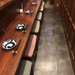 日本酒chintara 燻ト肉 - カウンターは6席です。