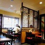 桂園 香港酒家 - 明るい店内。