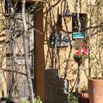 95756657 - 生垣に囲われた入口.まさに隠れ家で見つけにくい.