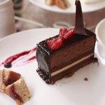 パティスリー ラ ファミーユ - テラスでのイートインで綺麗に盛り付けられたチョコレートケーキ