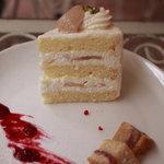 パティスリー ラ ファミーユ - テラスでのイートインで綺麗に盛り付けられた洋ナシのスポンジケーキ