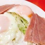 武井食堂 - ハムエッグ  ハムが3枚×2、卵の下にはキャベツが…
