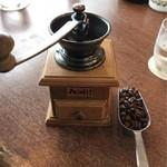 95762523 - コーヒーを注文すると渡される豆とミル
