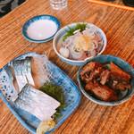 魚三酒場 - 上から時計回りに  あじたたき(360円)、あら煮(50円)、〆さば(390円)