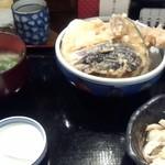 神楽 - 料理写真:ジャンボ海老天丼(850円)丼からはみ出た尻尾で大きさが分かります