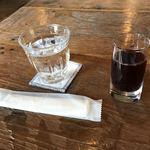 ヒカリノカフェ - 着席して出されたお冷とウェルカムドリンク(^^) ぶどうジュースでした^_^