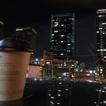 ザ プレイス - テイクアウトのホットコーヒーとグランフロントの夜景