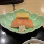 和食 や彦 - メインのおかずは鮭と玉子焼き、それに粕漬がセットになってました。