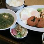 名古屋カレー食堂アンツ - 青さのみそ汁の付いたハムエツグセット800円