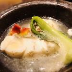 祇園びとら、 - 和歌山県産クエ スープドポアソン スッポンとフグの出汁 焼きクモコ ベーコンとオリーブオイル