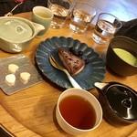 95782192 - ほうじ茶や煎茶、お抹茶、ローケーキ、干菓子