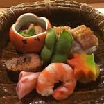 95782500 - 車海老、子持ち鮎、茶まめ、鱧寿司、紅葉負 小さな器には甘く炊いたあん肝と柘榴