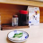 リッチなカレーの店 アサノ - 待っている間、食べるみたい。