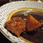 95783490 - 焦げ茶色のサラッとしたスープカリー  ゴロンと大きなチキンとジャガイモ。