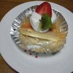 カフェ ピーチェ - チーズケーキ(ミニサイズはフルーツ付き) 150円