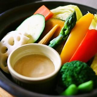 十種の野菜の『蒸し鍋サラダ』で日頃の野菜不足を解消!