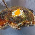 お好み焼き ロンちゃん - 真ん中に半熟(殆ど生の)玉子の黄身が トローっと