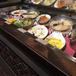 カレー&ビュッフェ アンナプルナ - 内観。サラダのコーナー
