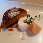 トラットリア ラ・ルーチェ - この日のプチドルチェはカボチャのプリンでした。 添えてあるのは、生クリームと柿。秋だね。