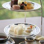 ガーデン ラウンジ - 料理写真:スイーツやサンドイッチと紅茶をお楽しみいただく「マリアージュティー」