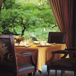 緑豊かな庭園を望む、マホガニー張りのシックな空間