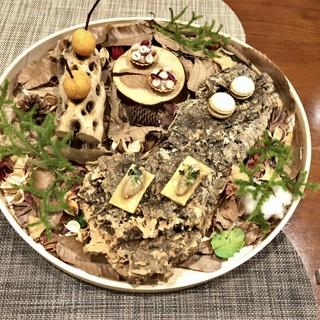 レストラン ウオゼン - 料理写真:アミューズ盛合せ:おおまさり(落花生)のタルト 真鱈のブランダード キャラメリゼした玉ねぎと生ハムのマカロン 猪のリエット1