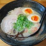 阿吽 - 料理写真:塩とんこつラーメン(普通) ¥600+煮玉子 ¥100