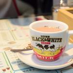 香港 贊記茶餐廳 - 香港式ミルクティー(温)@200円:ご飯類や麺類にセットで、330円→200円にディスカウント