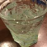 沖縄料理店うちなー - ☆琉球ガラスで25度久米仙ロックをグビリ♪