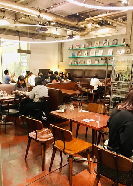 カフェ&ブックス ビブリオテーク 大阪・梅田 - 店内の様子