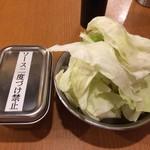 串カツ田中 - キャベツとソース