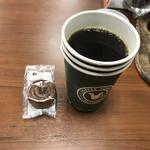 珈琲問屋 - ドリンク写真:本日のコーヒーと小月餅カフェオレで320円