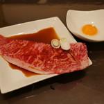 炭火焼肉ともじ - 上州牛サーロイン(スキヤキ風たまご付)