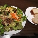 トラットリア クアルト - たっぷりのサラダとお代わり自由のパン