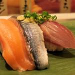 寿司 魚がし日本一 - 秋の三貫王(かつお、さんま、生サーモン)450円