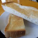 遊麺屋 - 半分に切られたトーストです