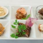 メゾンクレール - 2018.11 前菜6種盛り(ニンジンのムース、アンキモのテリーヌ コンソメジュレ、豚ヒレ タプナード、前菜仕立てのシュークリーム パプリカのクリーム、黒ムツの燻製、タラモサラダ)
