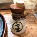 鉄板創作料理 木木の釜座 - ステーキ丼にはワサビのイメージだけど七味