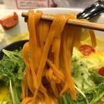 ソラノイロ ナゴヤ - パプリカ練り込み平打ち麺