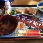 合正ガーデン - 味噌汁と小鉢とヤクルトもどきと漬け物