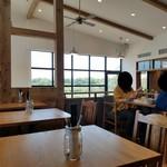 ジレカフェ - 天井も高く解放感のあるお店