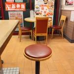 松屋 - カウンター席と窓際にはテーブル席