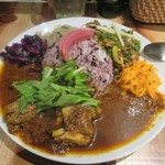 クボカリー - クボカレープレート1080円。  中央に雑穀米のご飯が盛られ、周りにスパイシーキキンカレー、鳥ナンコツネギ炙りキーマ、サンバルの3種類が取り囲むカレーライスです。