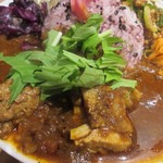 クボカリー - チキンカレーの上のトッピングは水菜かパクチーが選べたんで水菜を選んでみました。  カレーはじっくり煮込まれチキンも柔らかく美味しいカレーに仕上がってます。