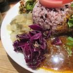 クボカリー - サンバルは南インドの豆と野菜を使った優しい味のカレーでした。  一度に3つのカレーが楽しめてお得感のあるカレー屋さんですよ。