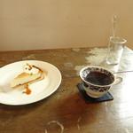 カフェ スタンド - ホットコーヒーとチーズケーキタルト