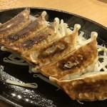 ラーメン酒場 やまごや - 餃子(6個:450円:外税)・・鉄板にのせられているので熱々でジューシー。 お野菜たっぷりで普通に美味しい。