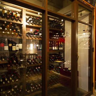常時50種類以上のワインをソムリエがサービスします