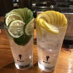 魚虎 - ドリンク写真:生レモンチューハイと生かぼすチューハイ
