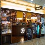 ラッヘン - お店の概観です。 ここは、なんばウォークの中にお店があるんですよ。 お洒落な感じのお店となっています。 開放的な感じで、入りやすくなっています。 店前には、ギネスビールのPOPが置いてありますね。